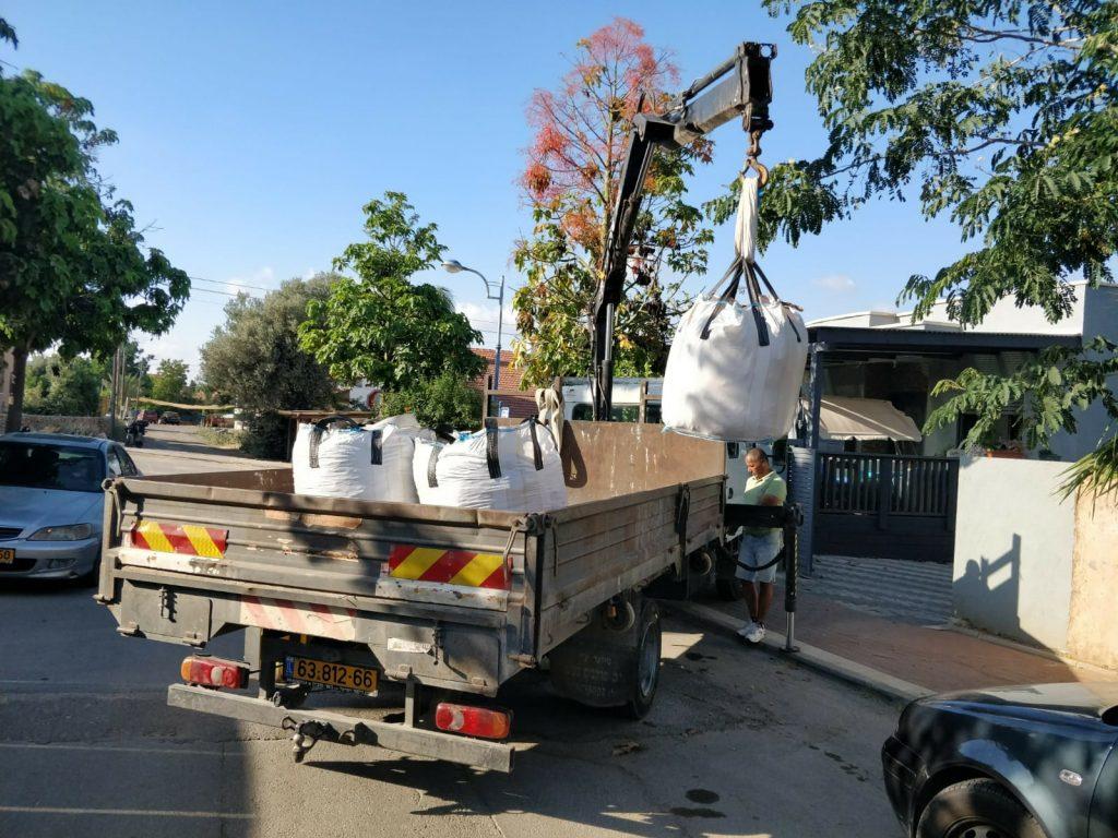 פריקת סחורה ממשאית