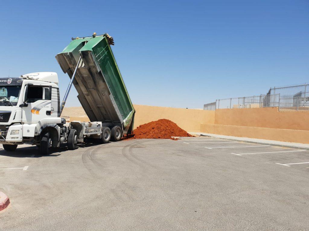 משאית פול טריילור פורקת חמרה